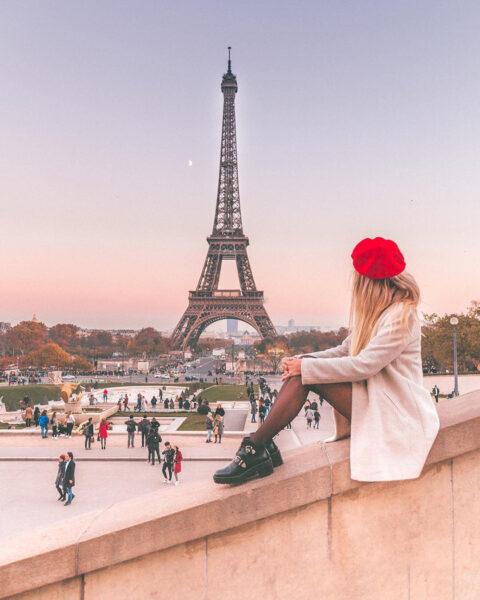 Ngồi ngắm tháp Eiffel