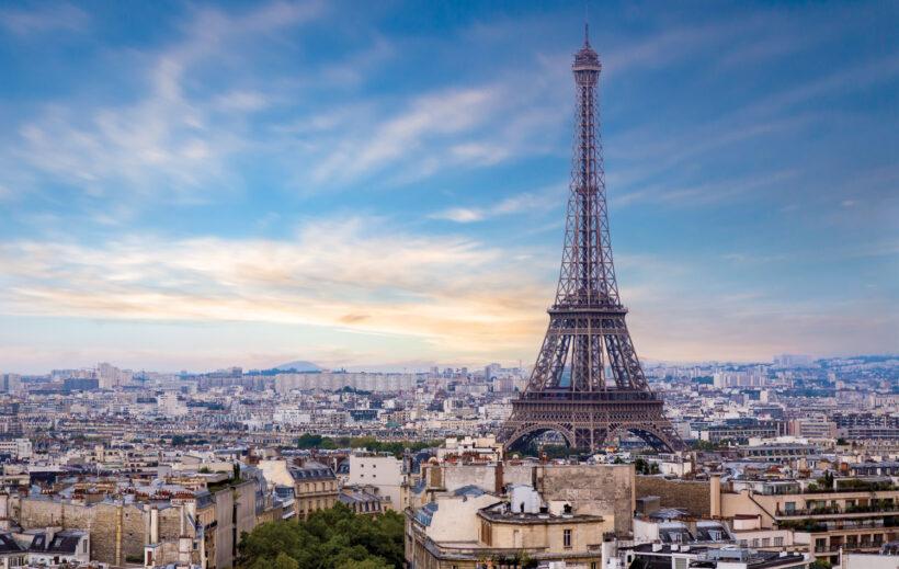 Tháp Eiffel cao sừng sững ở thành phố Paris