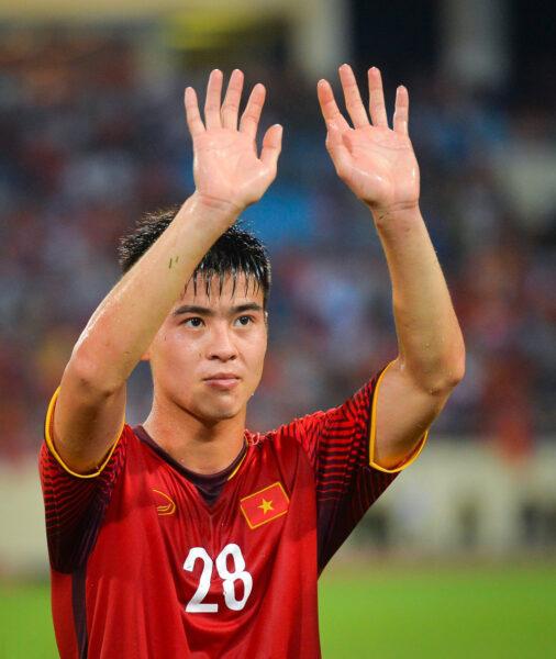 Hình ảnh Duy Mạnh ( cầu thủ bóng đá) chào khán giả