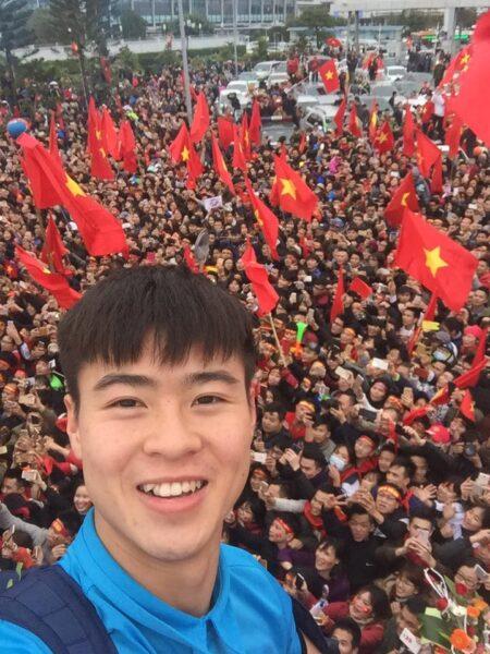 Hình ảnh Duy Mạnh ( cầu thủ bóng đá) cùng người hâm mộ