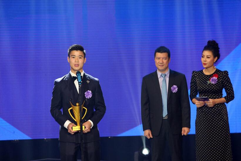 Hình ảnh Duy Mạnh ( cầu thủ bóng đá) nhận giải
