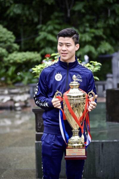 Hình ảnh Duy Mạnh ( cầu thủ bóng đá) và cup