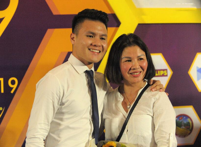 Hình ảnh Quang Hải và mẹ