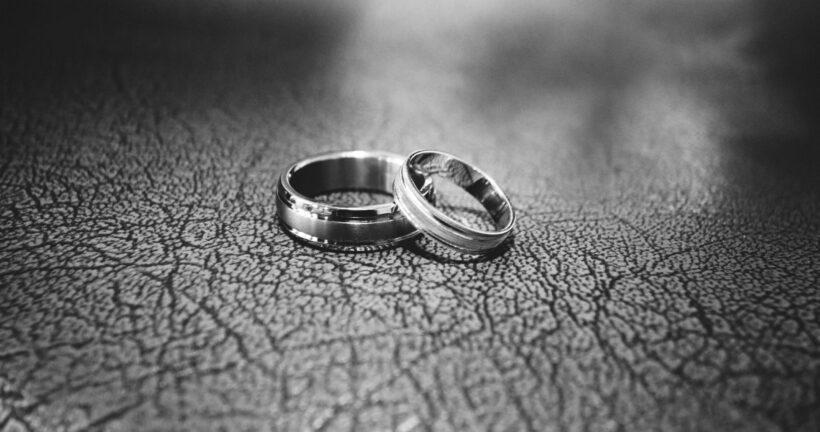 hình ảnh nhẫn cưới đen trắng