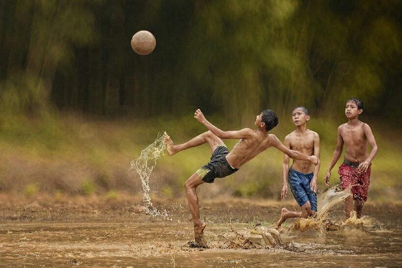 hình ảnh trẻ trâu chơi bóng dưới bùn