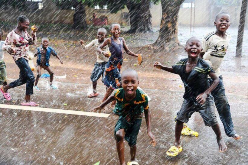 hình ảnh trẻ trâu tắm mưa